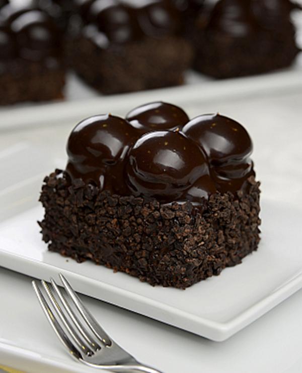 Siyah Profiterollü Pasta